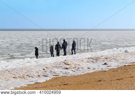 Schaslyvtseve, Ukraine - February 20, 2021: This Is A Group Of Unidentified People On The Banks Of T