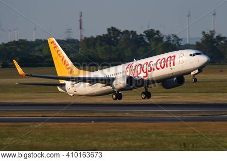 Vienna, Austria - May 13, 2018: Pegasus Airlines Boeing 737-800 Tc-cpd Passenger Plane Departure And