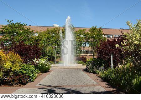 STONY BROOK, NEW YORK - 24 MAY 2015: Fountain in the Fine Arts Loop on the Stony Brook University Campus.