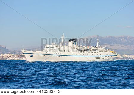 Split, Croatia - Janury 1, 2000: View Of A Ferryboat With Split In The Background