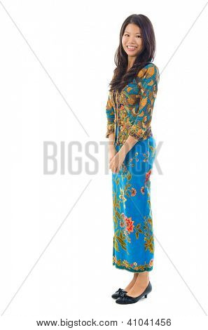 Fullbody sudeste asiática mulher em pé de roupa do batik tradicional kebaya, isolado backgro branco