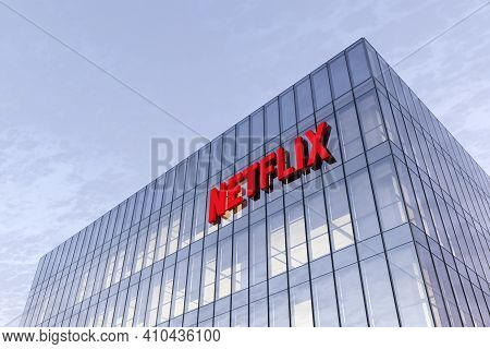 Los Gatos, Ca, Usa. February 17, 2021. Editorial Use Only, 3d Cgi. Netflix Signage Logo On Top Of Gl