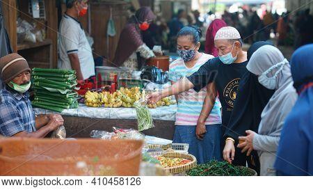 Yogyakarta, Indonesia. February 28, 2021: Activities At The Bantul Niten Market. Traders And Some Bu