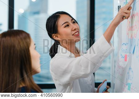 Asia Businessmen And Businesswomen Meeting Brainstorming Ideas Conducting Business Presentation Proj