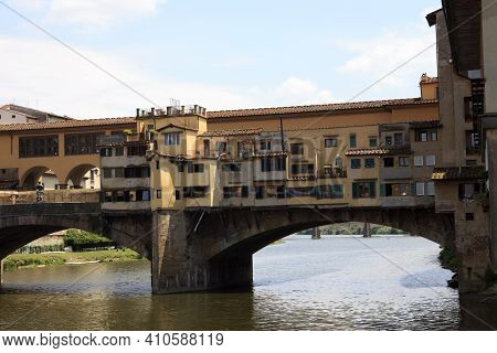 Firenze, Italy - April 21, 2017: Ponte Vecchio And Arno River In Florence, Firenze, Tuscany, Italy