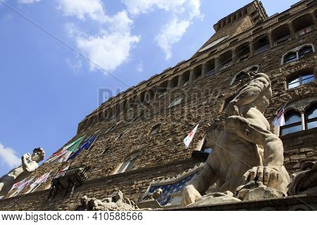 Firenze, Italy - April 21, 2017: Statue Of Hercules And Cacus By Bartolommeo Bandinelli In Piazza De