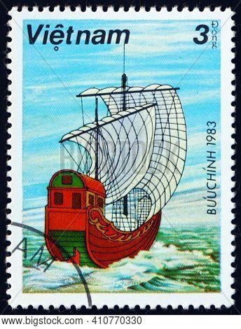 Vietnam - Circa 1983: A Stamp Printed In Vietnam Shows Sampan With White Sails, Circa 1983