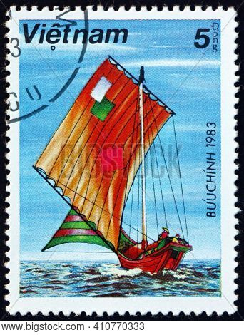 Vietnam - Circa 1983: A Stamp Printed In Vietnam Shows Sampan With Patched Sails, Circa 1983