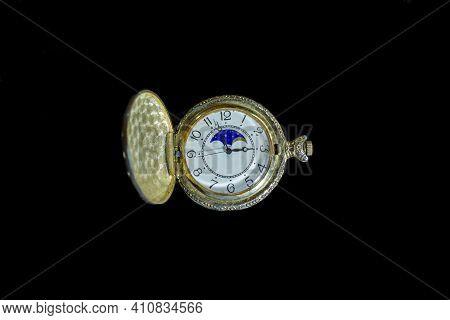 Old Pocket Watch In The Dark, Old Pocket Watch On Black Background, Watch On Black, Antique Pocket W