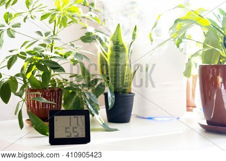 Healthy Home. Thermometer And Hygrometer. Air Humidity Measurement. Optimum Humidity At Home. Thermo