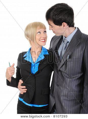 Mujer feliz en los brazos del hombre