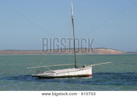 Eenzame boot op lege strand
