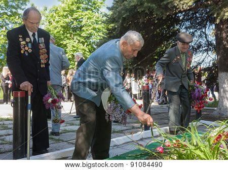 Makeevka, Ukraine - May, 7, 2014: World War Ii Veterans Laid Flowers At The Monument To Fallen Comra