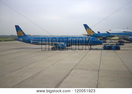 Airbus A321 (VN-A602) Vietnam Airlines transported to the runway. Noibai Airport, Hanoi