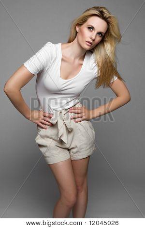Mooie blonde zomerse mode vrouw