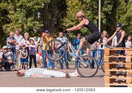 Cyclist Shows Viewers His Professionalism In The Management Of A Bicycle