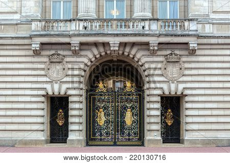 LONDON, ENGLAND - NOVEMBER 29, 2017: Buckingham Palace, decorative metal golden gate to the courtyard. Residence and administrative headquarters of the reigning monarch of the United Kingdom.