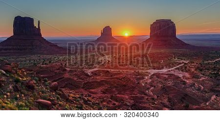 Monument Valley, Arizona, Usa - September 9, 2015: The Sun Right On The Horizon Line In A Beautiful