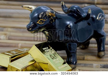 A Bull And Gold Bullion To Showcase The Rise Of The Stock Market.