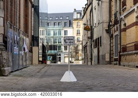 Chartres, France - March 15, 2020: Image Of A Guide Sign To A Polling Place In France During The Fir
