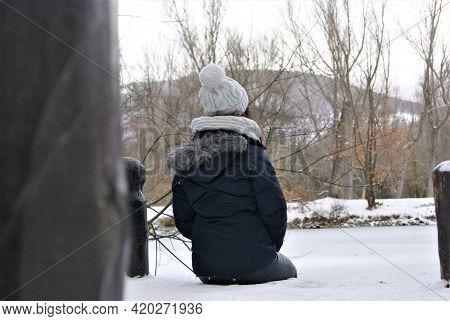 Mujer Solitaria Contemplando El Lago Congelado Y Solo