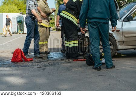 Rescuers Rescue Victims From A Wrecked Car 18.08.2020 Russia Nowomoskowsk