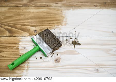 Square Cut Brush On Wooden Floor Made With Softwood Boards. Toning Floor With Wood Stain, Emphasizin