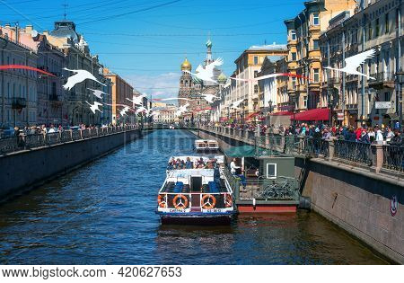 St. Petersburg, Russia - May 09, 2021: Griboyedov Canal Overlooking The Church Of The Savior On Spil