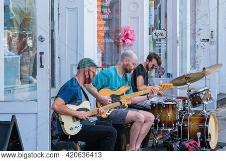 New Orleans, La - May 8: Musicians Play In Front Of Shop On Magazine Street On May 8, 2021 In New Or