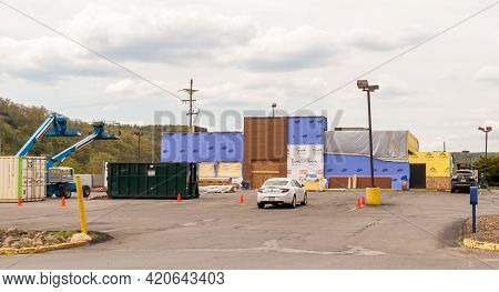 Franklin, Pennsylvania, Usa May 16, 2021 A Burger King Restaurant Under Remodeling Construction On A