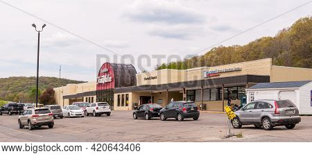Franklin, Pennsylvania, Usa May 16, 2021 A Strip Mall That Contains A True Value And A Goodwill Stor