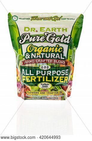 Winneconne, Wi - 16 May 2021:  A Package Of Dr Earth Pure Gold Fertilizer Flower And Vegetable Plant