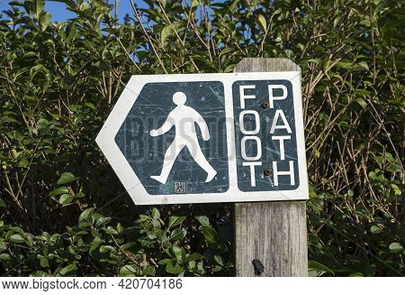 Weston-super-mare, Uk - February 18, 2021: A Sign At The Entrance To A Public Footpath