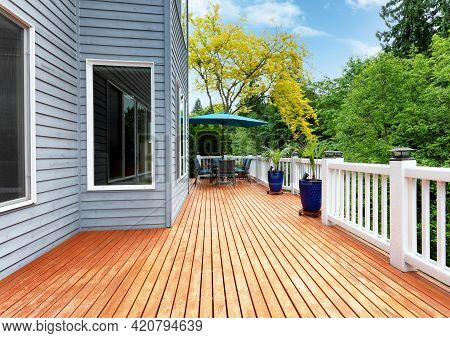 Home Outdoor Wooden Cedar Deck With Patio Furniture And Decoration Palm Plants