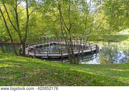Unusual Ring Bridge On A Small Pond. Sunny Day In Early October. Troitsky Pond, Konkovo District, Mo
