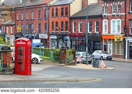 Leeds, Uk - July 10, 2016: Street View In Downtown Leeds, Uk. Leeds Urban Area Has 1.78 Million Popu