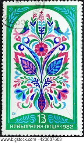 Republic Of Bulgaria - Circa 1982: Postage Stamp 'bulgarian Fresco Of Xix C. Green Flowers' Printed