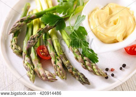 fresh asparagus with dipping sauce