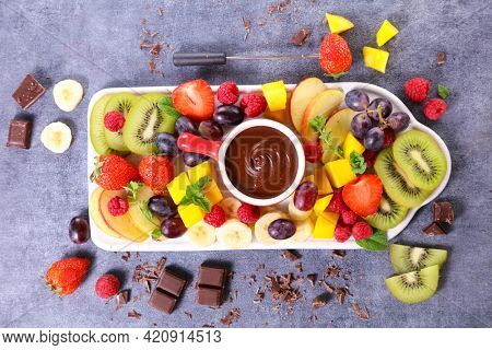 chocolate dipping sauce with fresh fruits