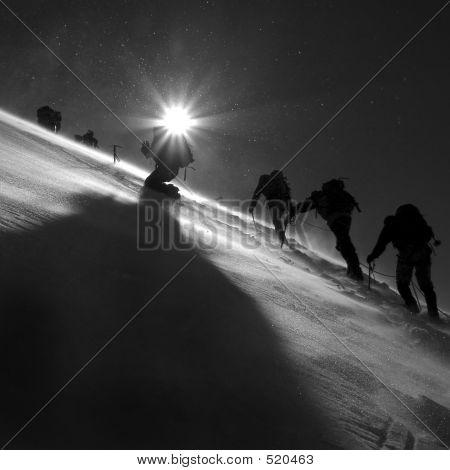 Alpinistas escalando o glaciar