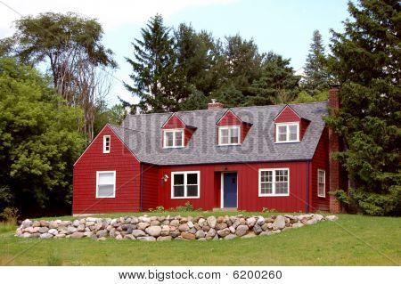 Casa de campo rojo con ribete azul
