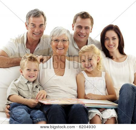 lächelnd Familie beobachtende Photoalbum
