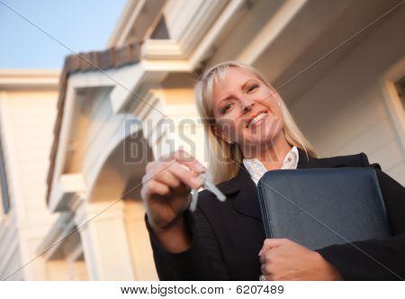 Onroerende goederenagent sleutels overhandigen aan nieuwe huis