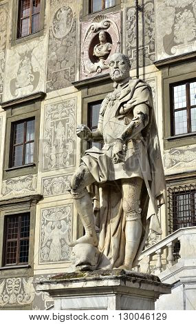 Grand Duke og Tuscany Cosimo I subduing a dolphin symbol of domination over the seas. A statue in front of Palazzo della Carovana in Pisa Knight's Square made by artist Pietro Francavilla in 1596