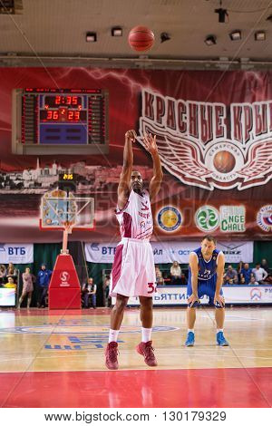 Bc Krasnye Krylia Guard Aaron Miles (32) Shoots A Free Throw