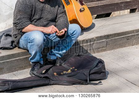 busker counts its receipts