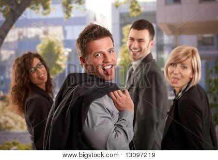 Porträt von happy Business Team stehen im freien, Spaß, Sticing heraus ihre Zungen.