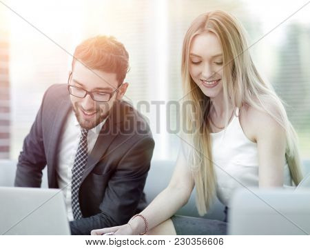 manager and client browsing information on the laptop.