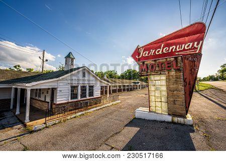 Villa Ridge, Missouri, Usa - May 11, 2016 : Abandoned Gardenway Motel And Vintage Neon Sign On Histo