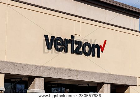 Indianapolis - Circa March 2018: Verizon Wireless Retail Location. Verizon Delivers Wireless, High-c